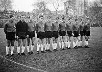 0221577 © Granger - Historical Picture ArchiveSOCCER.   Football Germany, Bundesliga, 1965/1966, Glueckaufkampfbahn Stadium in Gelsenkirchen, FC Schalke 04 versus Hanover 96 1:0, team photograph, shot of Hanover f.l.t.r. Otto Laszig, Torwart Horst Podlasly, Udo Nix, Peter Kronsbein, Walter Rodekamp, Heiner Klose, Winfried Mittrowski, Bodo Fuchs, Juergen Bandura, Hans Siemensmeyer, Karl Heinz Muelhaus