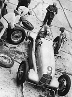 0221826 © Granger - Historical Picture ArchiveSPORTS.   Germany: Berlin: V. International car racing at Avus change of a wheel at Mercedes Benz W25B von Luigi Fagioli - 26.05.1935.