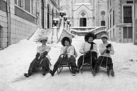 0221837 © Granger - Historical Picture ArchiveSPORTS.   France - Aquitaine - Eaux-Bonnes winter sports in Eaux-Bonnes: four ladies on her sledge ready to start - Photographer: M.Rol - 26.01.1910 Vintage property of ullstein bild.