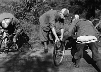 0222176 © Granger - Historical Picture ArchiveSPORTS.   German Empire, Sport: assistants pumping up the burst tyre - Photographer: Max Ehlert - Published by: 'Koralle' 18/1933 Vintage property of ullstein bild.