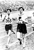 0222230 © Granger - Historical Picture ArchiveSPORTS.   1928 Summer Olympics in Amsterdam, Athletics, Women's 800 metres, final: Lina RADKE (GER, r.) wins, Kinue HITOMI (JPN) becomes 2nd - August 2, 1928.