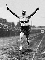 0222335 © Granger - Historical Picture ArchiveSPORTS.   Sports: runner at finish - 1922 Vintage property of ullstein bild.