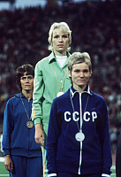 0222523 © Granger - Historical Picture ArchiveSPORTS.   Hildegard Falck - (center) athlete, 800 m, with gold medal, 1972 Summer Olympics, Munich, Germany - 03.09.1972.