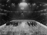 0222560 © Granger - Historical Picture ArchiveSPORTS.   USA, New York: Ice Hockey Cap in the Ice Palace, marching band playing for the beginning of the match, date unknown, probably 1928, published in BZ Sportb. 08.04.1928, photo by Wide World Photos.