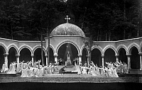 0222764 © Granger - Historical Picture ArchiveTHEATER.   Richard Wagner festival - Open air theater (forest opera) Zoppot: performance of 'Parsifal' 3.act, final scene, Sangrail hall: Goeta Ljungberg (Kundry, 1), Fritz Soot (Parsifal, inmidts with grail), Friedrich Plaschke Amfortas, 3), Otto helgers (Gurnemanz,4) - 1928.