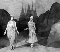 0222989 © Granger - Historical Picture ArchiveTHEATER.   The King of the Dark Chamber, theatrical play by Rabindranath Tagore: the actresses Fritta Brod and Marie Andor on stage - published in 'Berliner Illustrirte Zeitung' 51/1920 - undated Vintage property of ullstein bild.