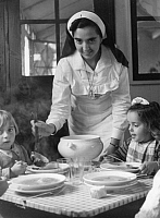 0223076 © Granger - Historical Picture ArchiveSOCIAL.   Spain under Franco, Falange welfare organizations: children's home or kindergarten of the Auxilio Social: nurse serving out soup - Photographer: Hanns Hubmann - Published by: 'Berliner Illustrirte Zeitung' 51/1937 Vintage property of ullstein bild.