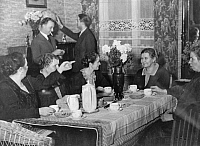 0223081 © Granger - Historical Picture ArchiveSOCIAL.   Series: cross section through a block of flats in Stresemannstrasse, Berlin - Coffee party on first floor - Photographer: Felix H. Man /Dephot - 1932 Vintage property of ullstein bild.
