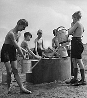0224160 © Granger - Historical Picture ArchiveEDUCATION.   German Empire Free State Prussia Brandenburg Province Berlin: pupils gardening, boys filling the watering pot - Photographer: Peter Weller - Published by: 'Das Blatt der Hausfrau' 22/1940 Vintage property of ullstein bild.