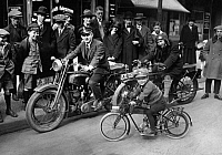 0224713 © Granger - Historical Picture ArchiveTECHNOLOGY.   German Empire Free State Prussia - Brandenburg Provinz (Province) - Berlin: the first children's motorcycle, designed by 'Derby cars' Berlin, passersby admiring in the streets of Berlin the smallest motorcyclists - Published by: 'Fridolin' 21/1925 Vintage property of ullstein bild.
