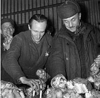 0225119 © Granger - Historical Picture ArchiveCUSTOM.   Germany Lower Saxony Friedland: German war returnees from Russia on Christmas Eve gift giving at the Friedland camp - 24.12.1955.