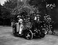 0225210 © Granger - Historical Picture ArchiveCUSTOM.   France - Ile de France - Paris Fete des Fleurs. Elegant lady, wearing a grand hat and stately dresses, in a gorgeous car decorated with flowes. - Photographer: M.Rol - 1909 Vintage property of ullstein bild.