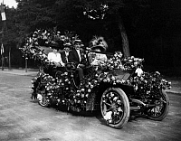 0225431 © Granger - Historical Picture ArchiveCUSTOM.   France - Ile de France - Paris Fete des Fleurs. Elegant ladies and gentlemen in a gorgeous car decorated with flowes. - Photographer: M.Rol - 1909 Vintage property of ullstein bild.