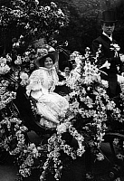 0225438 © Granger - Historical Picture ArchiveCUSTOM.   France - Ile de France - Paris Fete des Fleurs. Elegant ladie in a gorgeous carriage decorated with flowes. She wearing a grand hat and stately dresses. - Photographer: M.Rol - 1908 Vintage property of ullstein bild.
