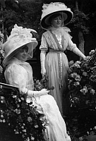 0225489 © Granger - Historical Picture ArchiveCUSTOM.   France - Ile de France - Paris Fete des Fleurs. Elegant ladies in gorgeous carriages decorated with flowes. They wearing grand hats and stately dresses. - Photographer: M.Rol - 1909 Vintage property of ullstein bild.