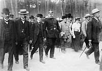 0225604 © Granger - Historical Picture ArchiveJUSTICE.   - Brandenburg Provinz (Province): murder of the forester Emil Schwarzenstein at 22. January 1908, inspection of the crime scene with the suspect Willy Schwarzenstein, son of the dead - 1908 Vintage property of ullstein bild.