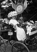 0226582 © Granger - Historical Picture ArchivePEOPLE.   France - Ile de France - Paris Fete des Fleurs. Elegant ladie in a gorgeous carriage decorated with flowes. She wearing a grand hat and stately dresses. - Photographer: M.Rol - 1909 Vintage property of ullstein bild.