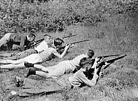 0226971 © Granger - Historical Picture ArchivePEOPLE.   Series: Canadian school holidays in a summer camp - boys during shooting exercises - Photographer: Felix H. Man - Published in: 'Koralle' 14/1933 Vintage property of ullstein bild.