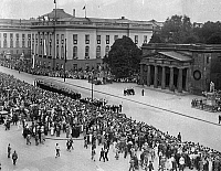 0227116 © Granger - Historical Picture ArchivePEOPLE.   Germany Free State Prussia Brandenburg Province Berlin: - Parade of the German Navy in front of the memorial ' Neue Wache ' Unter den Linden - - on the left: Friedrich Wilhelm University - Photographer: Heinz Fremke - - undated Vintage property of ullstein bild.