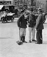 0227631 © Granger - Historical Picture ArchivePEOPLE.   German Empire Kingdom Prussia Brandenburg Province Berlin: series: a policeman giving two boys informations - Photographer: Frankl - 1914 Vintage property of ullstein bild.