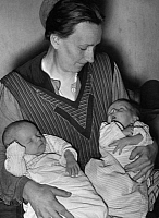 0227929 © Granger - Historical Picture ArchivePEOPLE.   German Empire Free State Prussia - Brandenburg Provinz (Province) - Berlin: a mother holding her twins in her arms - Photographer: Heinz Fremke - Published by: 'Berliner Morgenpost' 09.02.1936 Vintage property of ullstein bild.