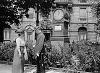 0228362 © Granger - Historical Picture ArchivePEOPLE.   German Empire Kingdom Prussia Brandenburg Province Berlin: series: the policeman, a female pedestrian asking the time, in the background is a clock - Photographer: Frankl - 1914 Vintage property of ullstein bild.