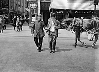 0228403 © Granger - Historical Picture ArchivePEOPLE.   German Empire Kingdom Prussia Brandenburg Province Berlin: series: the policeman escorting a mam across the street - Photographer: Frankl - 1914 Vintage property of ullstein bild.