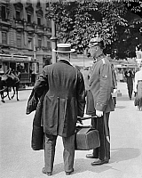 0228420 © Granger - Historical Picture ArchivePEOPLE.   German Empire Kingdom Prussia Brandenburg Province Berlin: series: the policeman giving a pedestrian informations - Photographer: Frankl - 1914 Vintage property of ullstein bild.