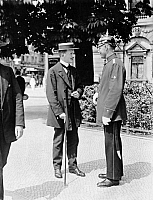 0228707 © Granger - Historical Picture ArchivePEOPLE.   German Empire Kingdom Prussia Brandenburg Province Berlin: series: the policeman giving a pedestrian informations - Photographer: Frankl - 1914 Vintage property of ullstein bild.