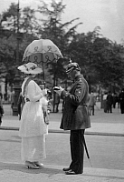 0228841 © Granger - Historical Picture ArchivePEOPLE.   German Empire Kingdom Prussia Brandenburg Province Berlin: series: the policeman giving an english female pedestrian informations - Photographer: Frankl - 1914 Vintage property of ullstein bild.