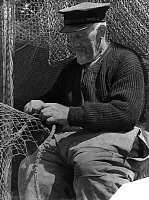 0228886 © Granger - Historical Picture ArchivePEOPLE.   German Empire Free State Prussia Schleswig-Holstein Province: a fisherman repairing a fishing net - Photographer: Saebens-Worpswede - - undated Vintage property of ullstein bild.