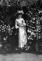 0228940 © Granger - Historical Picture ArchivePEOPLE.   France - Ile de France - Paris Fete des Fleurs. Elegant lady, wearing a grand hat and stately dresses, in a gorgeous car decorated with flowes. - Photographer: M.Rol - 1909 Vintage property of ullstein bild.