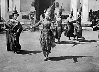 0229041 © Granger - Historical Picture ArchivePEOPLE.   Thailand - Bangkok - Temple-dancers wearing gorgeous garment and precious jewels. The most famous art form is the dance-drama, the Khon-dance. - Photographer: W. Gircke - 1920 Vintage property of ullstein bild.
