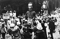 0229232 © Granger - Historical Picture ArchivePEOPLE.   German Empire - The sunshiny Fridolin visit a children's festival. Children and adults gaze at the huge clown. - 1920 Vintage property of ullstein bild.