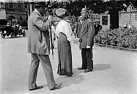 0229347 © Granger - Historical Picture ArchivePEOPLE.   German Empire Kingdom Prussia Brandenburg Province Berlin: series: the policeman giving russian pedestrians informations - Photographer: Frankl - 1914 Vintage property of ullstein bild.