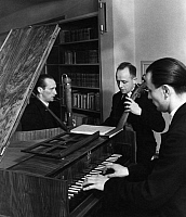 0229394 © Granger - Historical Picture ArchivePEOPLE.   The Freiburg Chamber Trio for old music, Edgar Lucas, Ernt Duis and Johann Abert - Photographer: Hans Saebens - Published by: 'Sieben Tage' 47/1935 Vintage property of ullstein bild.