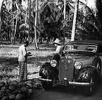0229423 © Granger - Historical Picture ArchivePEOPLE.   Coconut plantation in Ceylon (Series): A Sinhala foreman is reporting about the daily work of his pickers (OT) - Photographer: Werner Cohnitz - 1942 Vintage property of ullstein bild.