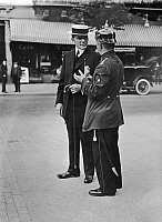 0229478 © Granger - Historical Picture ArchivePEOPLE.   German Empire Kingdom Prussia Brandenburg Province Berlin: series: the policeman giving an english pedestrian informations - Photographer: Frankl - - undated Vintage property of ullstein bild.