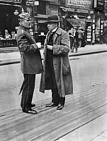 0229930 © Granger - Historical Picture ArchivePEOPLE.   German Empire Kingdom Prussia Brandenburg Province Berlin: series: the policeman giving a pedestrian informations - Photographer: Frankl - 1914 Vintage property of ullstein bild Schutzmann.