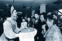 0230020 © Granger - Historical Picture ArchivePEOPLE.   USSR: A travel agency in Northern China organizes the honeymoon for chinese couples in the Soviet Union: they try some cake offered by a Russian waitress - 01.01.1982.