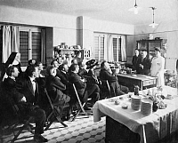 0230239 © Granger - Historical Picture ArchivePEOPLE.   German Empire Kingdom Prussia - Brandenburg Provinz (Province) - Berlin Seminar for medics in the kitchen of the Pestalozzi-Froebel-Haus. - Photographer: - Published by: 'Berliner Illustrirte Zeitung' 12/1913 Vintage property of ullstein bild.