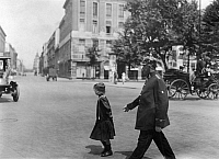 0230550 © Granger - Historical Picture ArchivePEOPLE.   German Empire Kingdom Prussia Brandenburg Province Berlin: series: the policeman helping a child across the street - Photographer: Frankl - 1914 Vintage property of ullstein bild.