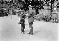 0230694 © Granger - Historical Picture ArchivePEOPLE.   German Empire Kingdom Prussia Brandenburg Province Berlin: series: the policeman giving a messenger boy informations - Photographer: Frankl - 1914 Vintage property of ullstein bild.