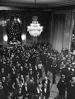 0230855 © Granger - Historical Picture ArchivePEOPLE.   Opera house Deutsches Opernhaus Berlin, the audience in the foyer - Photographer: Max Ehlert - Published by: Hier Berlin 3/1939 Vintage property of ullstein bild.