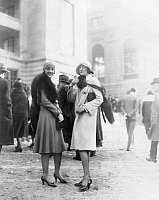 0230870 © Granger - Historical Picture ArchivePEOPLE.   France - Ile de France - Paris: Two young women presenting themselves elegant with coats and a fox during a horse race - Published by: 'Dame' 16/1929 Vintage property of ullstein bild.