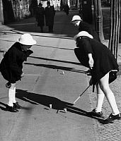 0231056 © Granger - Historical Picture ArchivePEOPLE.   German Empire, Gemany, Berlin: girls playing in the street, whipping a top - Photographer: Herbert Hoffmann - Published in: B.Z. 09.04.1940 Vintage property of ullstein bild.