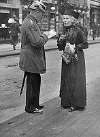 0231160 © Granger - Historical Picture ArchivePEOPLE.   German Empire Kingdom Prussia Brandenburg Province Berlin: series: a policeman giving an old lady informations - Photographer: Frankl - 1914 Vintage property of ullstein bild.