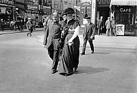 0231244 © Granger - Historical Picture ArchivePEOPLE.   German Empire Kingdom Prussia Brandenburg Province Berlin: series: the policeman escorting a woman aross the street - Photographer: Frankl - 1914 Vintage property of ullstein bild.