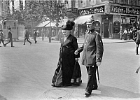 0231279 © Granger - Historical Picture ArchivePEOPLE.   German Empire Kingdom Prussia Brandenburg Province Berlin: series: a policeman escorting an old woman across the street - Photographer: Frankl - 1914 Vintage property of ullstein bild.