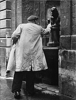 0231741 © Granger - Historical Picture ArchivePEOPLE.   Brussels, man filling his bottle at a small fountain decorated with a lion figure - 1958 - Photographer: Gert Kreutschmann Vintage property of ullstein bild.